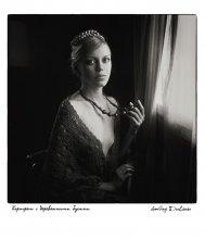 Portrait mit Holzperlen / ***
